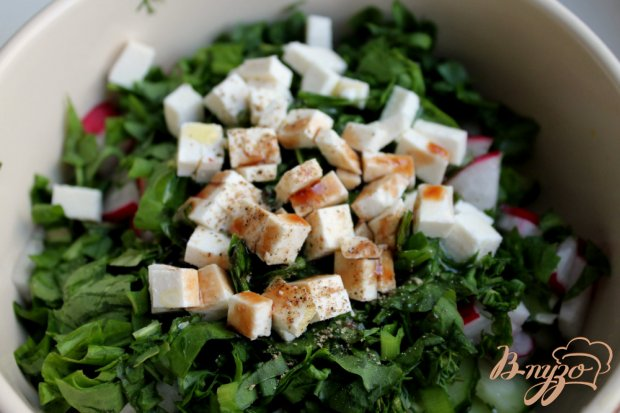 Салат с редисом огурцом и брынзой