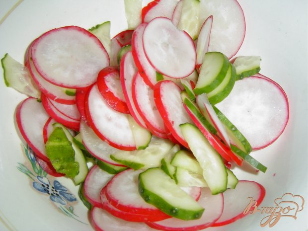 Весенний салат из редиса, огурца и зелени