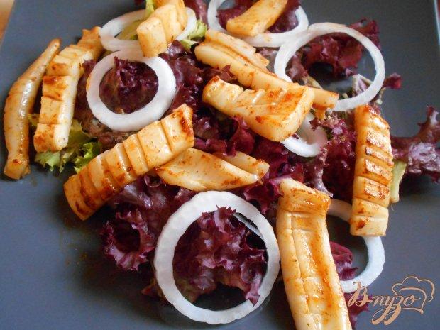 Салат с кальмарами и картофельными чипсами