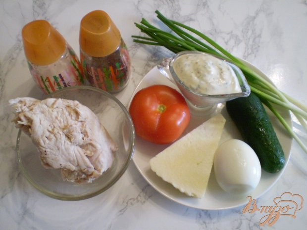 Мясной салат со свежими овощами и сыром