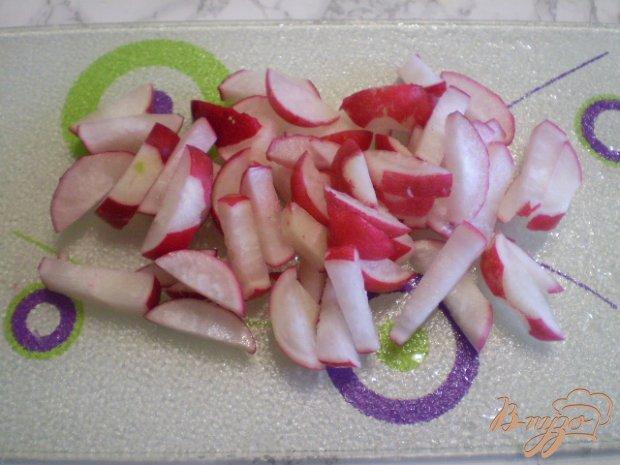 Салат из редиса, шпината и зеленого горошка