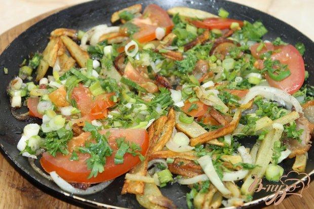 Картофель жаренный на сале с зеленью и помидорами