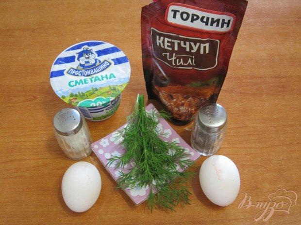 Соус с яйцами, сметаной и острым кетчупом