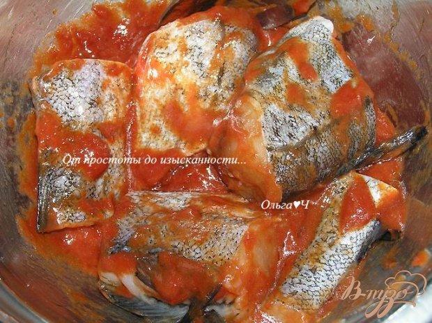 Минтай, запеченный в томатном соусе с морковью