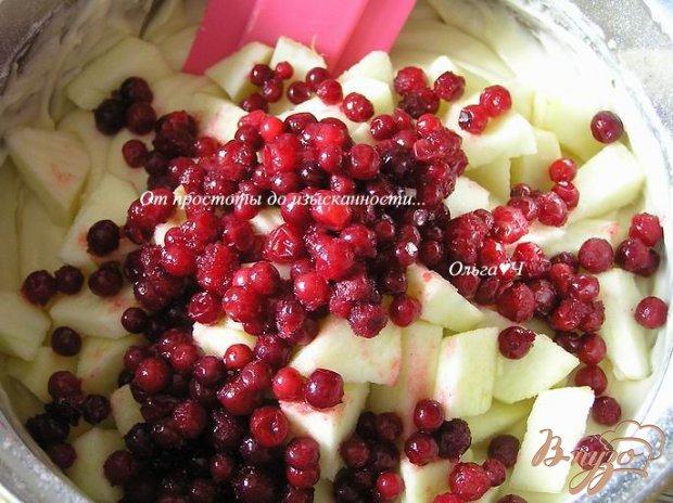 Шарлотка с яблоками и брусникой