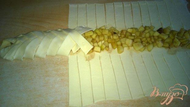 Рулет с яблоками со слоеного теста