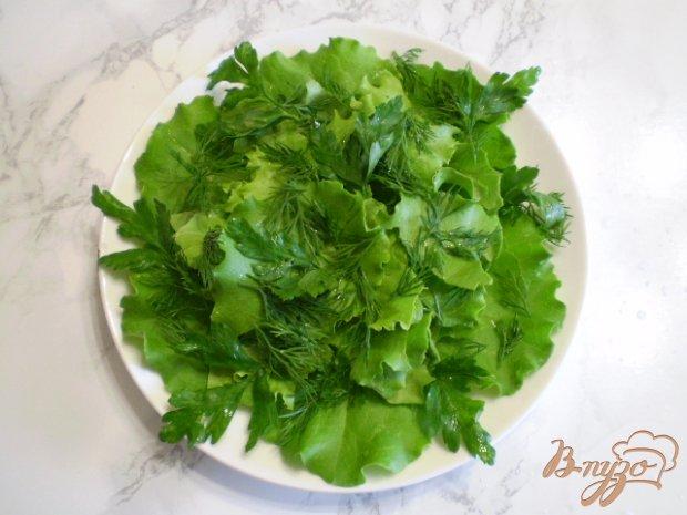 Салат с яйцом, листьями салата, маслинами и базиликом