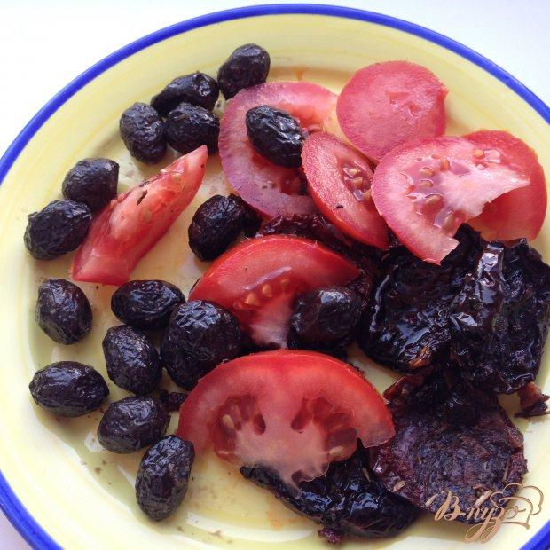 Салат с вялеными помидорами и маслинами