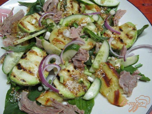 Теплый салат и свинины картофеля и кабачка