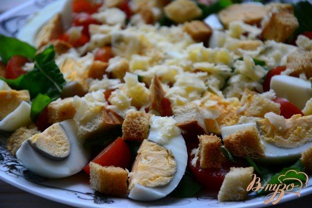 Салат с рукколой, помидорами и сухариками
