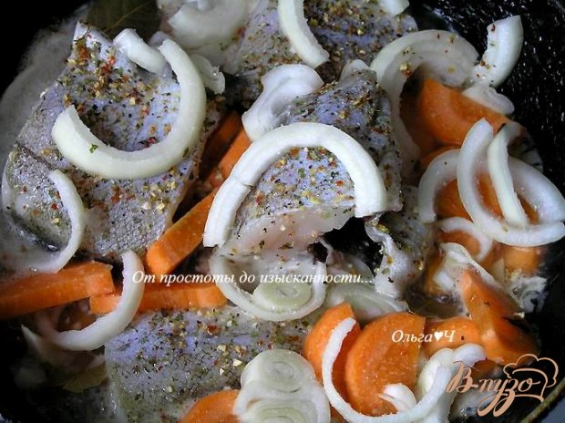 Минтай, тушеный с луком и морковью (без масла)