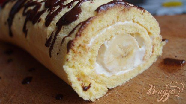 Бисквитный рулет со сметанным кремом и бананом