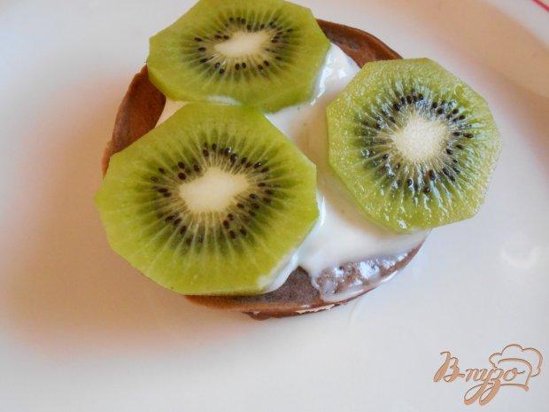 Шоколадные блины с фруктами