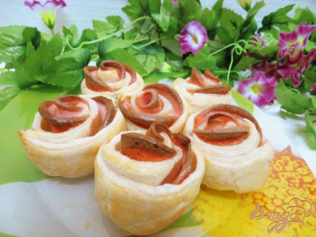 Слоёные булочки розочки с колбасой