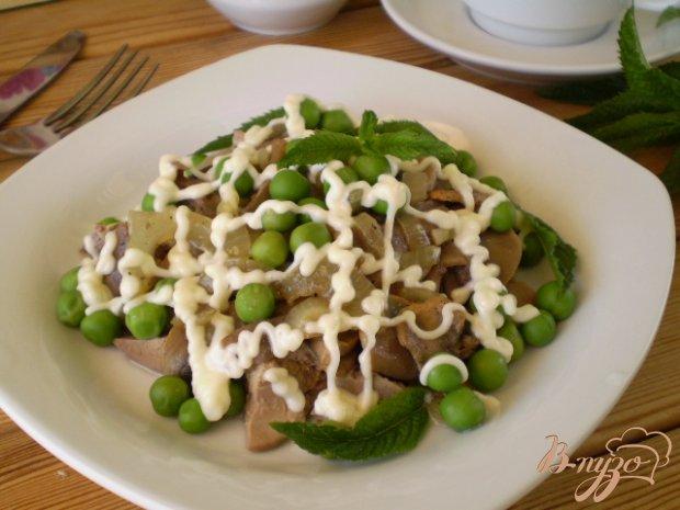 Салат с печенью, горошком и грибами