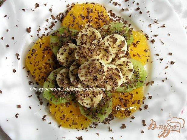 Фруктовый салат с шоколадной стружкой и мятным сиропом