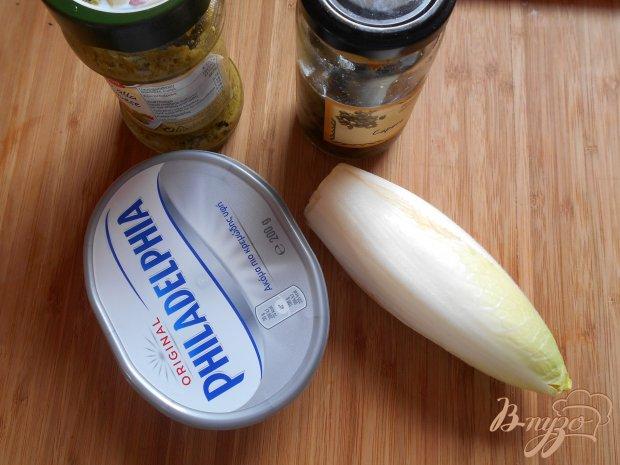 Закуска из сыра, соуса песто и каперсов