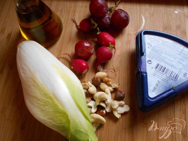 Рецепт Закуска с виноградом, редисом и сыром с плесенью