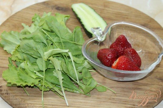 Рецепт Салат с клубникой и огурцом