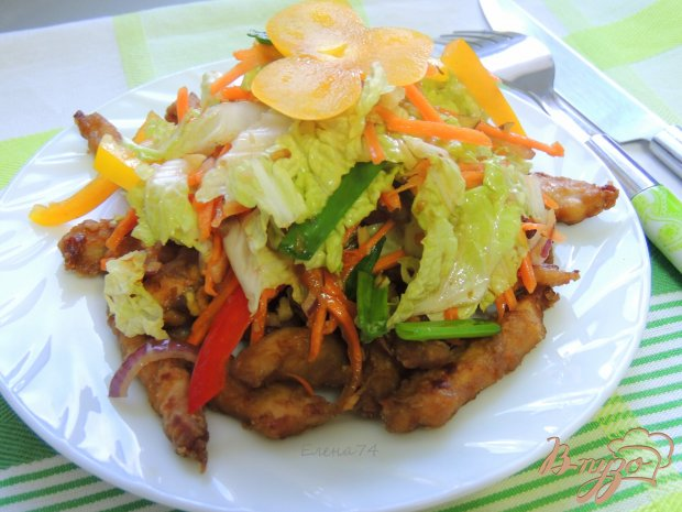 Курица под салатом из овощей