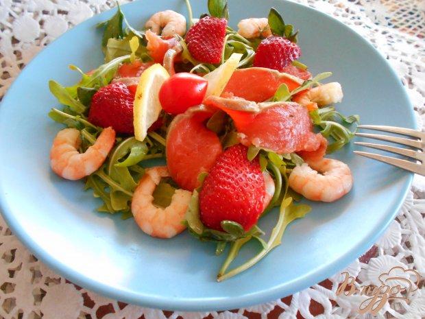 Салат с лососем, креветками и клубникой