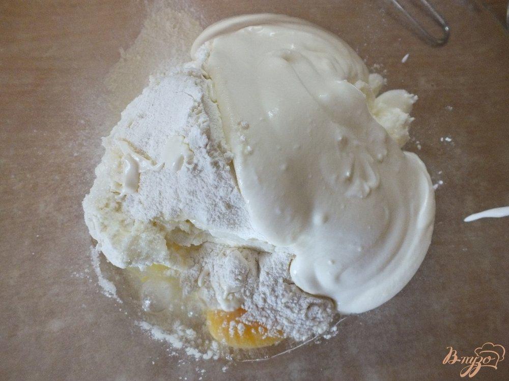 Фото приготовление рецепта: Запеканка на сметане с изюмом и клюквой шаг №4