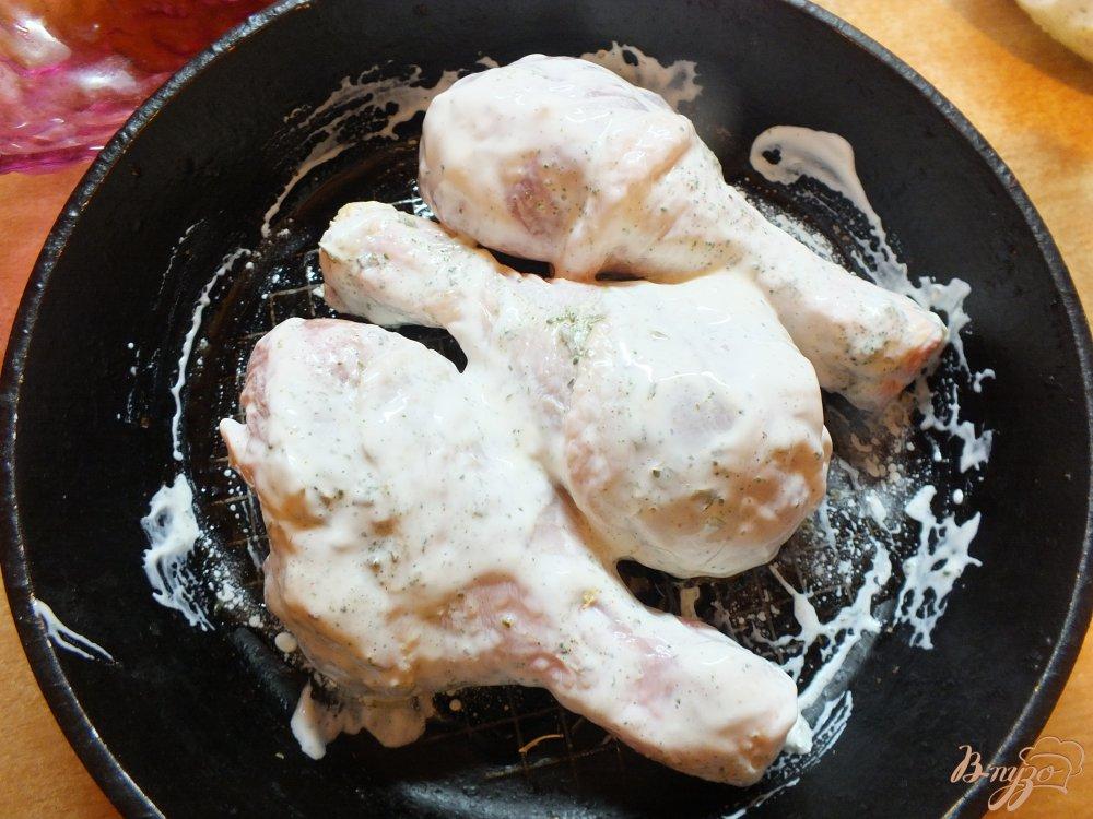 Фото приготовление рецепта: Курица в маринаде из чеснока и зеленой аджики шаг №4