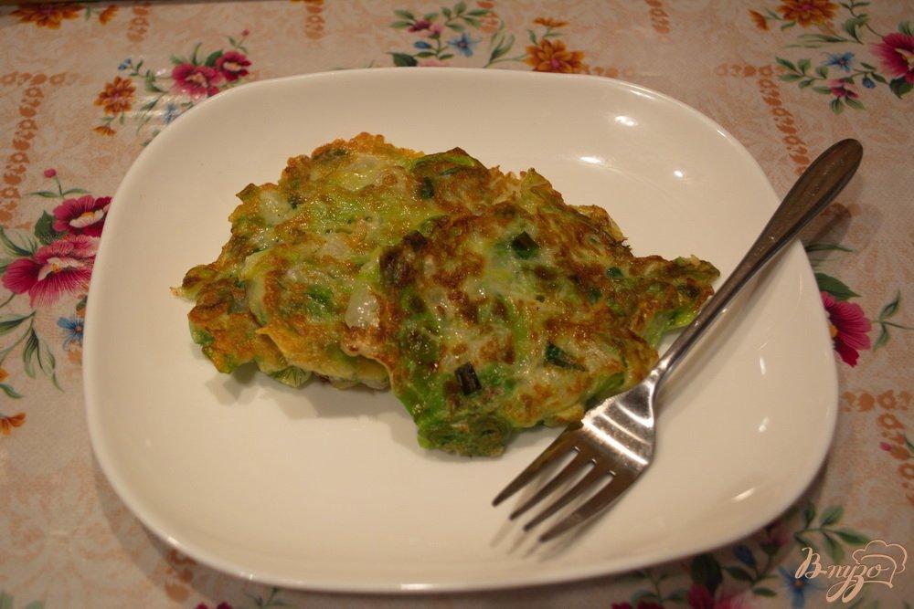 Фото приготовление рецепта: Капустные оладушки для легкого ужина шаг №6
