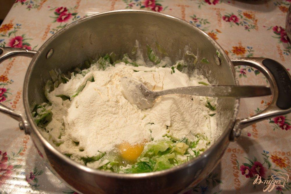 Фото приготовление рецепта: Капустные оладушки для легкого ужина шаг №3