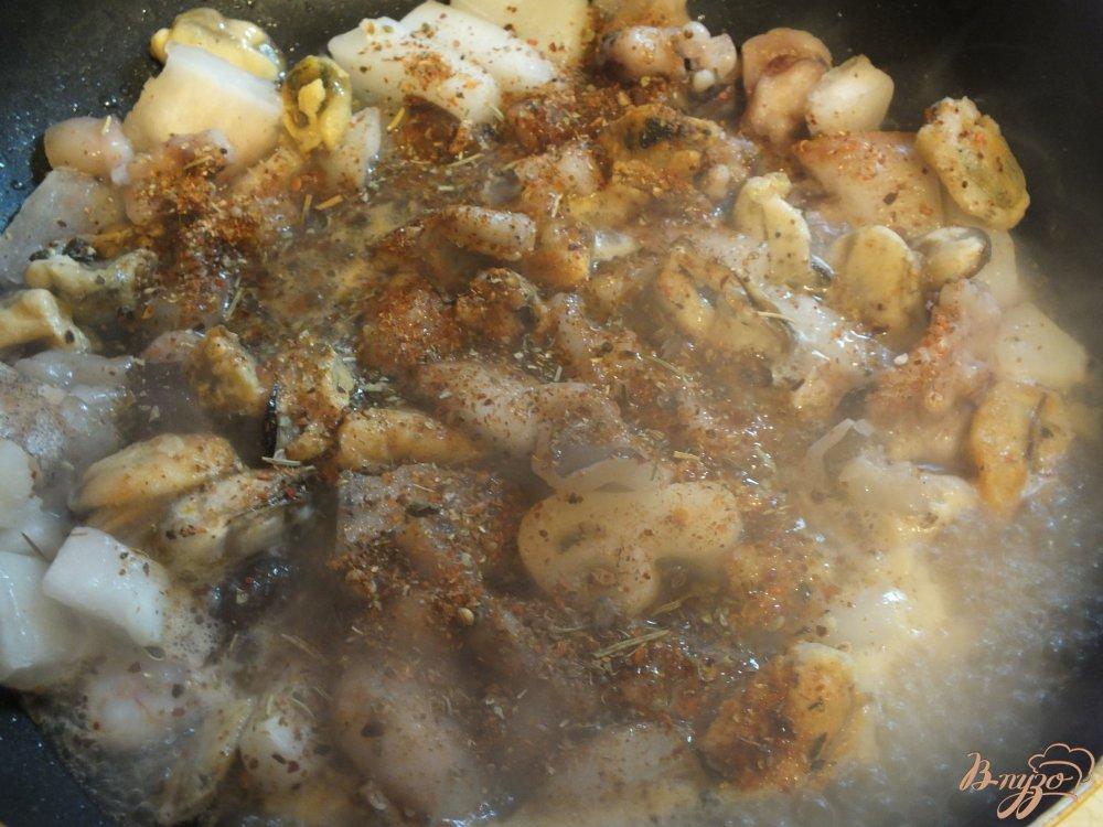 Фото приготовление рецепта: Паста с морепродуктами шаг №5