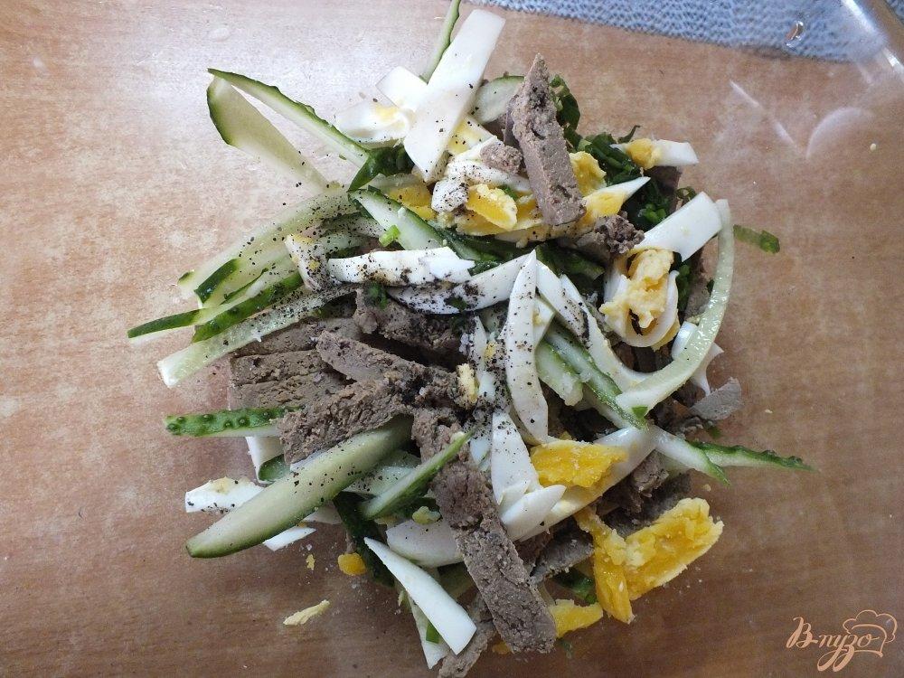 Фото приготовление рецепта: Салат с отварной печенью шаг №5