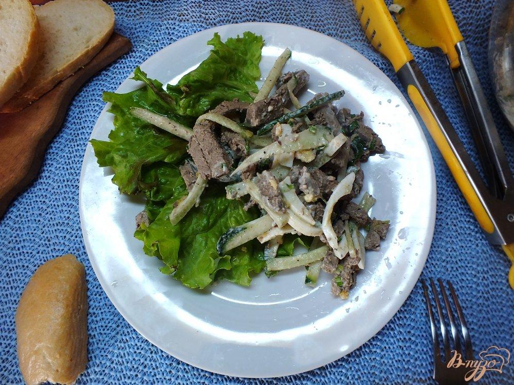 Фото приготовление рецепта: Салат с отварной печенью шаг №7