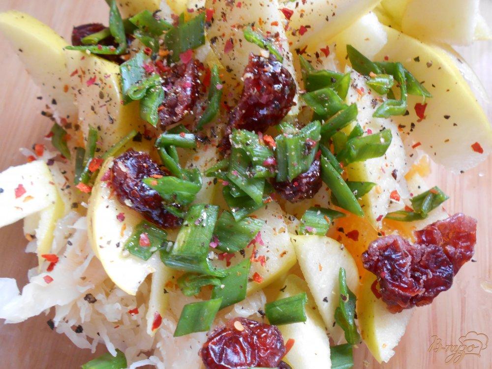 Фото приготовление рецепта: Салат с кислой капустой, апельсином и яблоком шаг №5