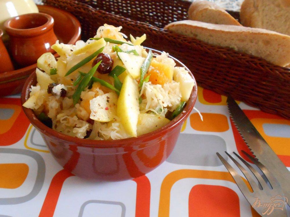 Фото приготовление рецепта: Салат с кислой капустой, апельсином и яблоком шаг №6