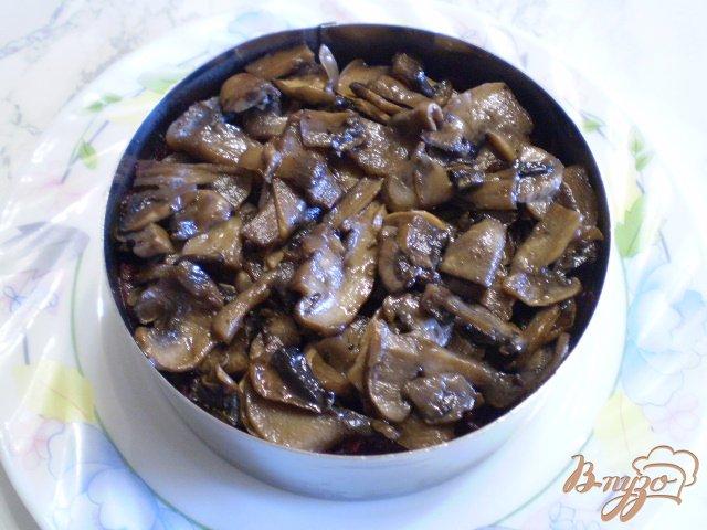 Фото приготовление рецепта: Салат с жареными грибами и свеклой шаг №7