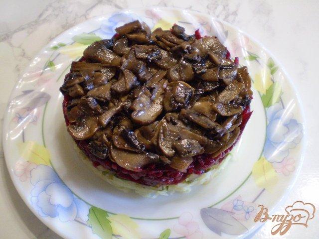 Фото приготовление рецепта: Салат с жареными грибами и свеклой шаг №8