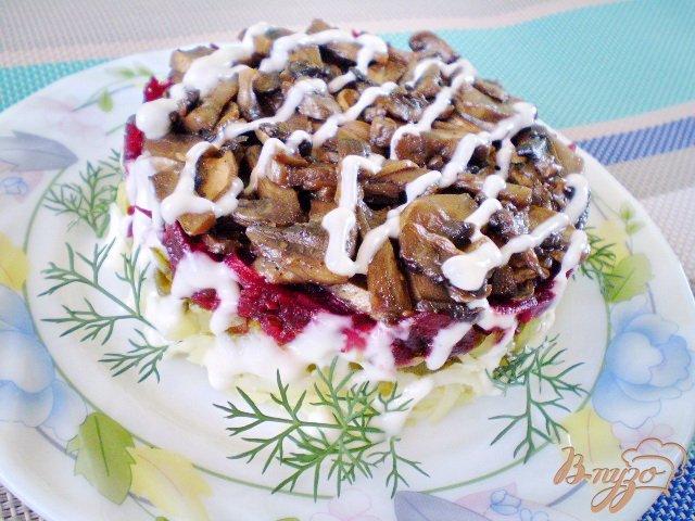 Фото приготовление рецепта: Салат с жареными грибами и свеклой шаг №9
