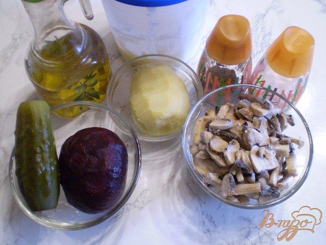 Фото приготовление рецепта: Салат с жареными грибами и свеклой шаг №1