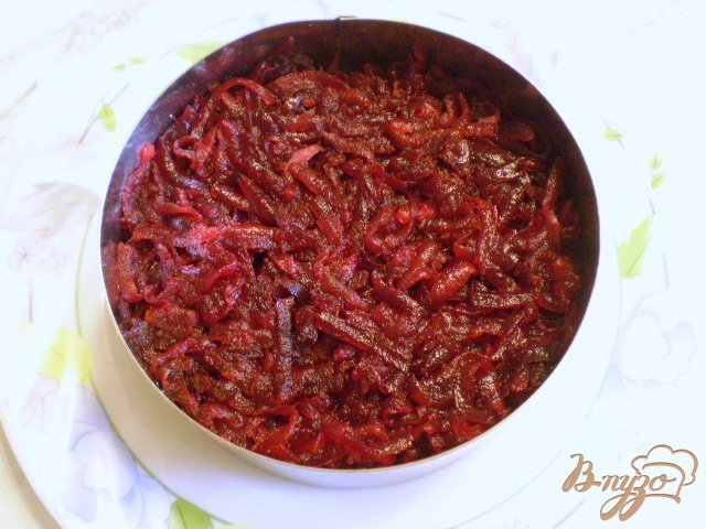 Фото приготовление рецепта: Салат с жареными грибами и свеклой шаг №6