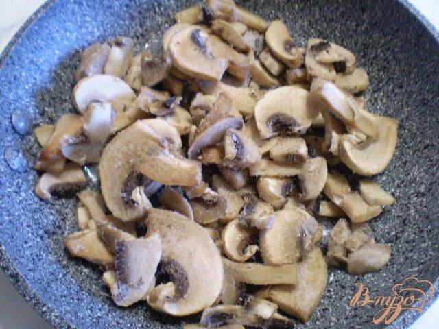Фото приготовление рецепта: Салат с жареными грибами и свеклой шаг №2