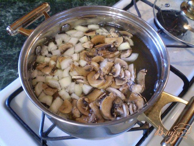 Фото приготовление рецепта: Грибной суп со щавелем шаг №4