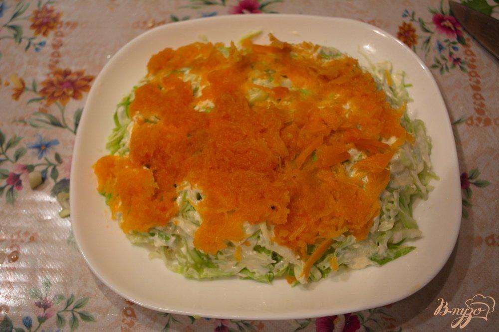 Фото приготовление рецепта: Салат с курицей и капустой слоеный шаг №4