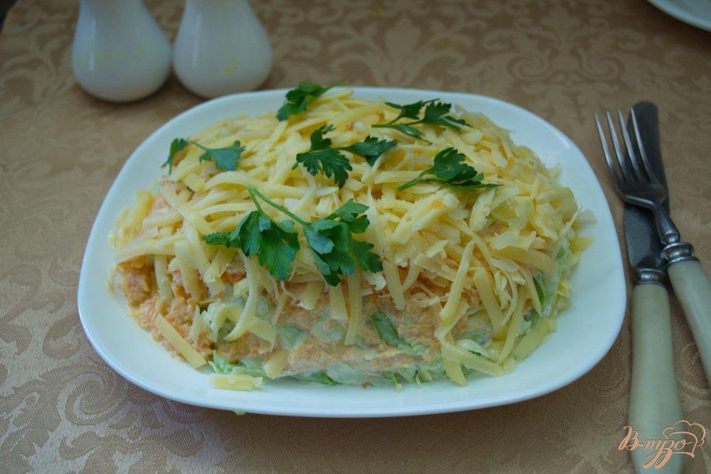 Фото приготовление рецепта: Салат с курицей и капустой слоеный шаг №6
