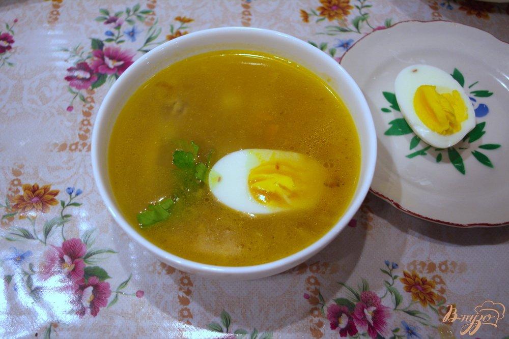 Фото приготовление рецепта: Куриный суп с яйцом шаг №7