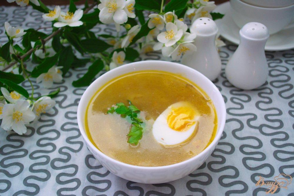 Фото приготовление рецепта: Куриный суп с яйцом шаг №8