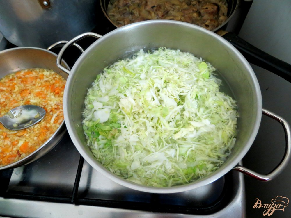 Фото приготовление рецепта: Суп из сёмги, капусты и белого вина шаг №9