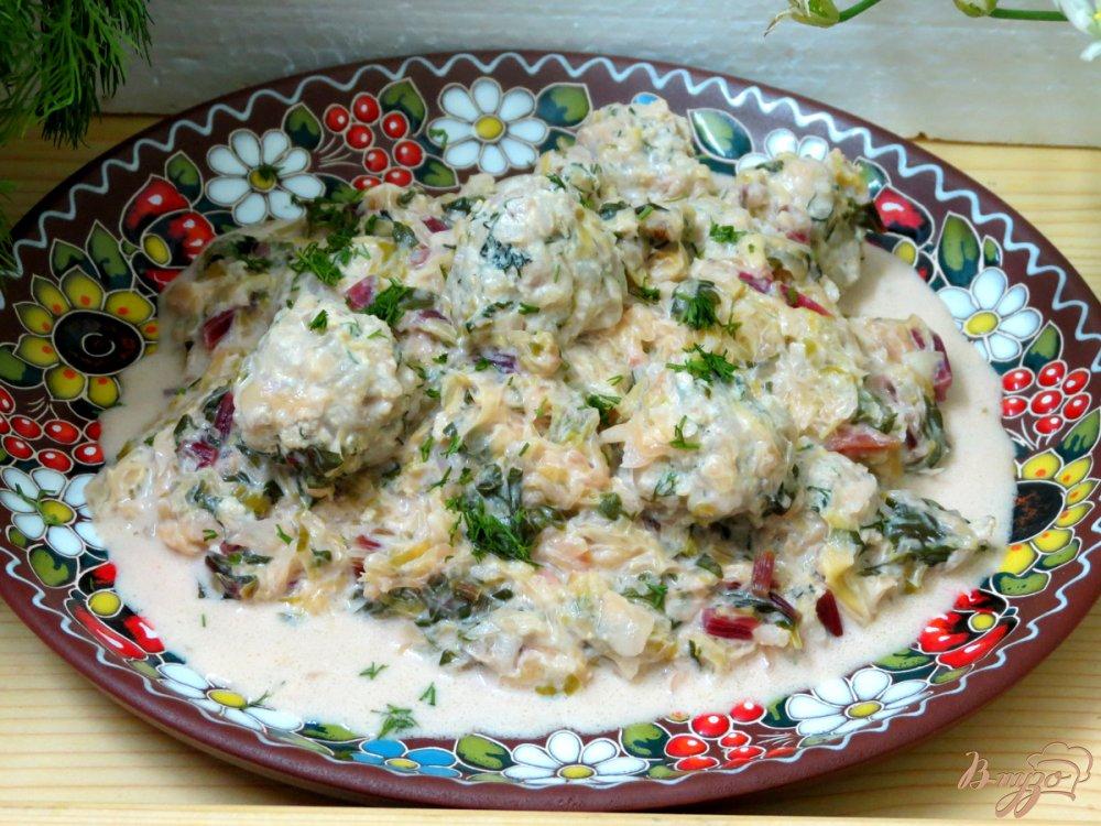 Фото приготовление рецепта: Ботвинья с капустой и тефтельками шаг №11