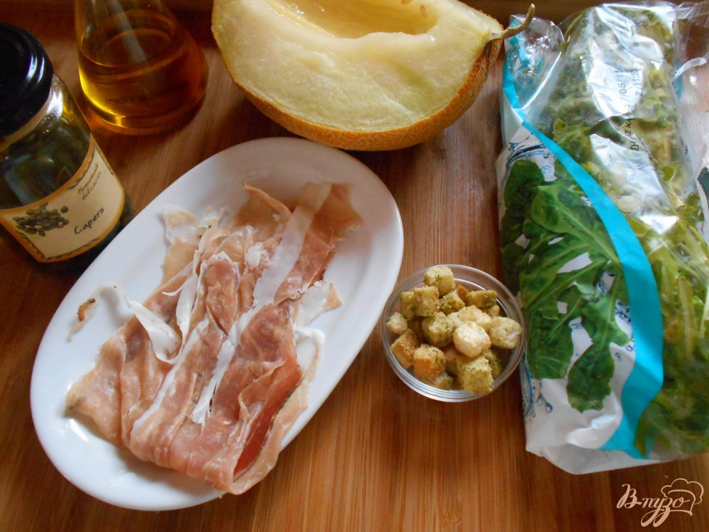 Фото приготовление рецепта: Cалат с дыней шаг №1