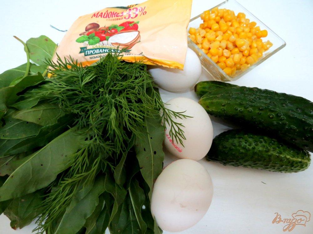 Фото приготовление рецепта: Салат из огурца, щавеля и кукурузы шаг №1