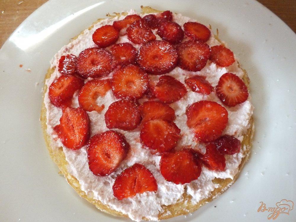 Фото приготовление рецепта: Блинный торт с клубникой шаг №6